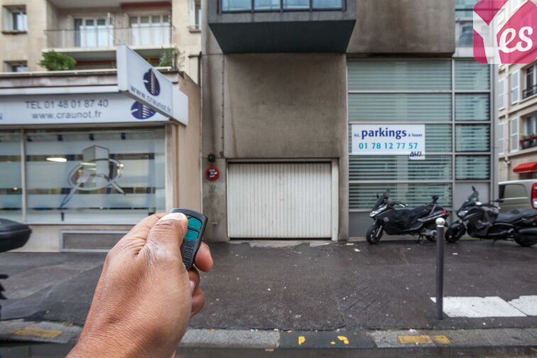 Ouvrez la porte de votre parking avec le badge que vous aurez récupéré au-préalable auprès du responsable !