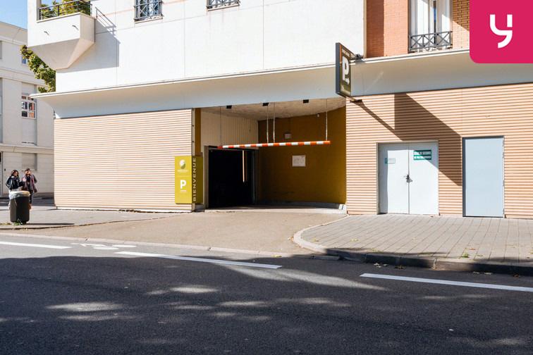Le parking se trouve dans un immeuble résidentiel protégé
