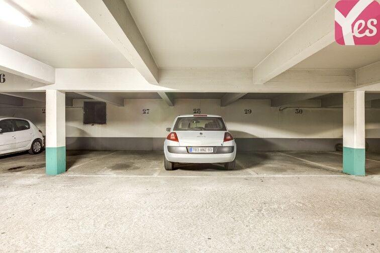 Le parking est adapté aux petits et gros véhicules