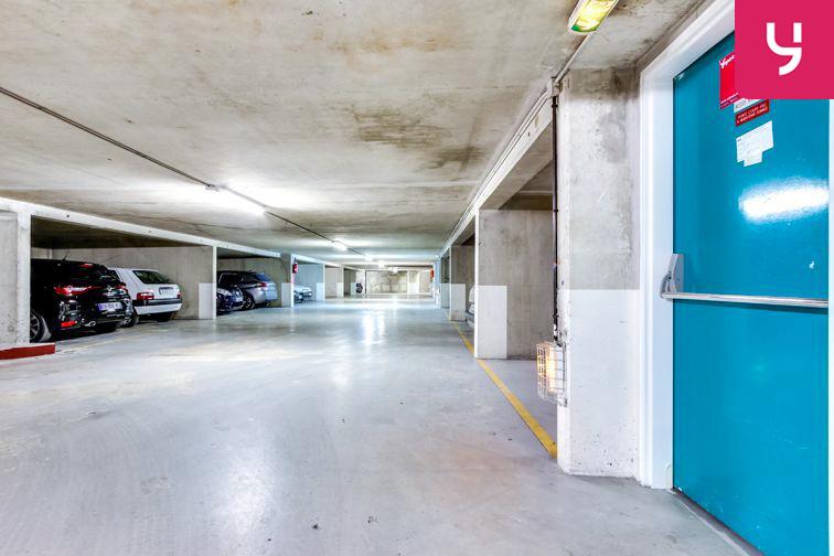 Le parking est propre et bien lumineux.