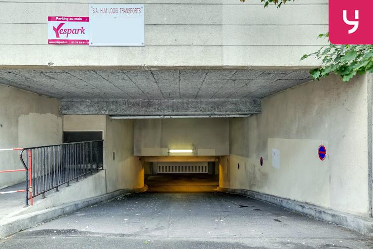 Entrée du parking dotée d'une large rampe