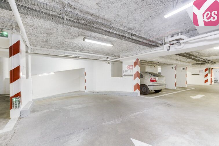Le parking a une grande capacité de stationnement