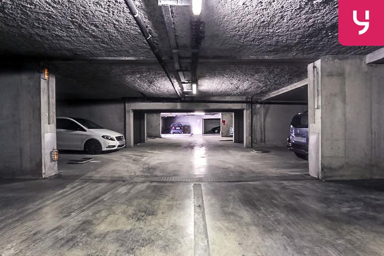 Un parking large et propre