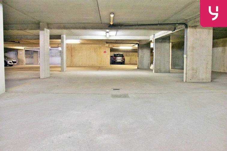 Un vaste parking bien éclairé