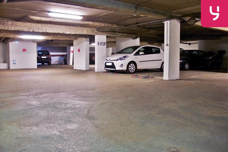 Un parking bien aménagé et bien éclairé