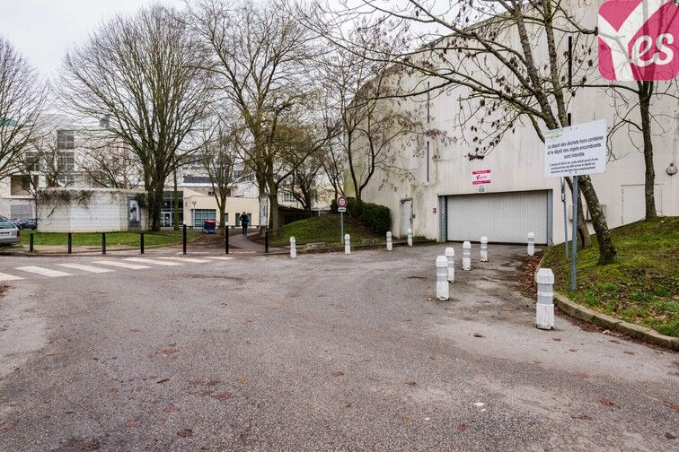 Parking Lycée Emilie de Breteuil - Montigny-le-Bretonneux sécurisé