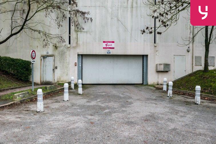 Parking Lycée Emilie de Breteuil - Montigny-le-Bretonneux (place moto) 78180