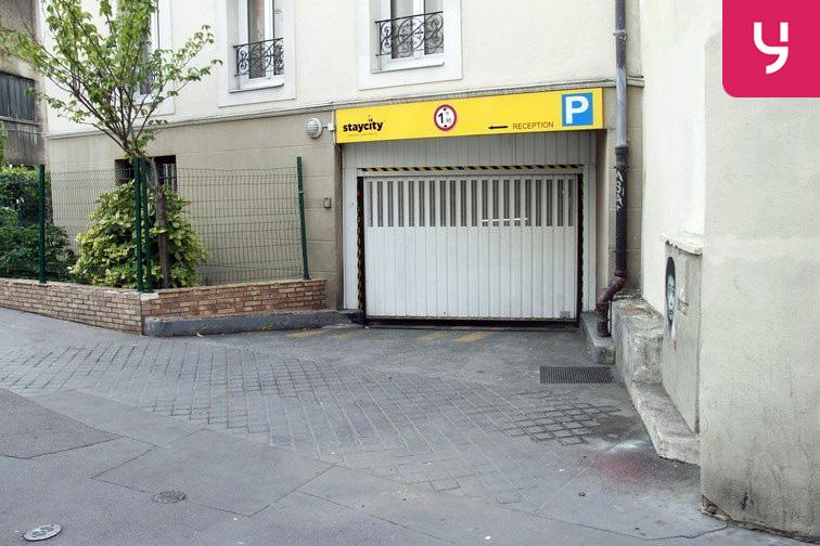 Porte du parking, vue depuis la rue