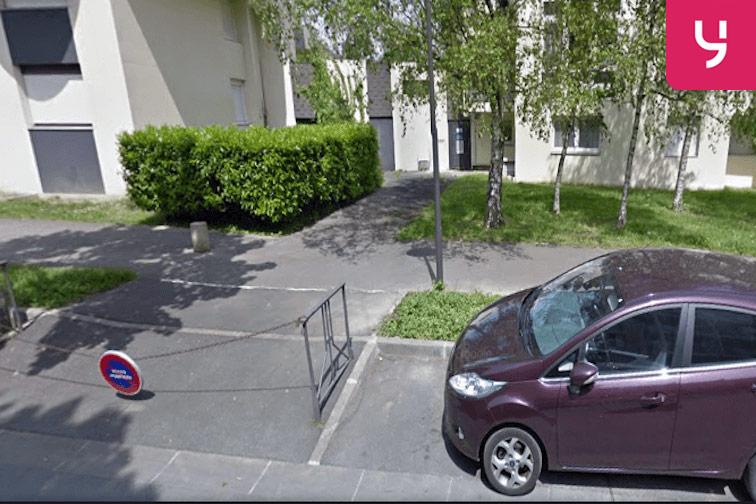 L'entrée du parking se trouve au 3-5 allée du Cèdre
