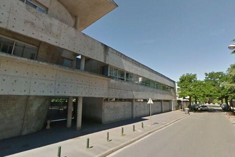 Parking Lycée Saint Charles - Saint-Fiacre - Orléans (aérien) 24/24 7/7