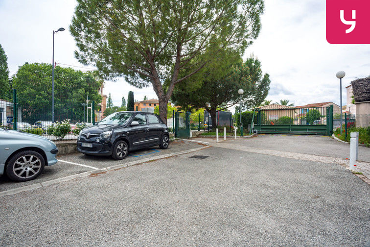 Parking Route de la Roquette - Mougins (places doubles) 84 route de la Roquette