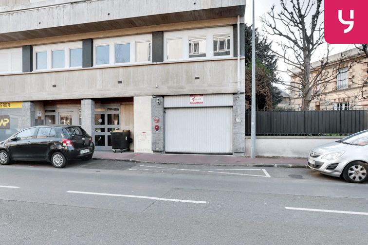 La porte voiture se situe au 98 rue Léon Désoyer