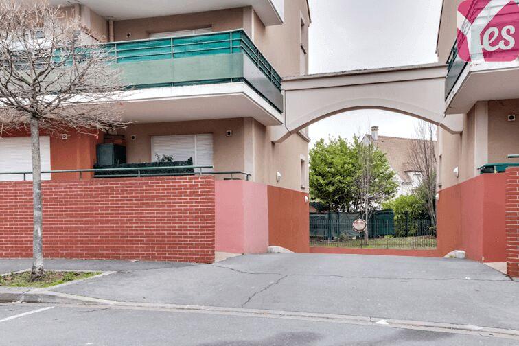 Empruntez l'accès entre les deux immeubles pour trouver la porte du parking