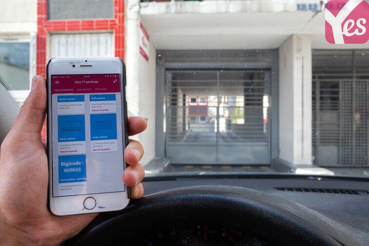 Ouvrez la première porte du voiture du parking avec votre la télécommande affichée sur votre application Yespark