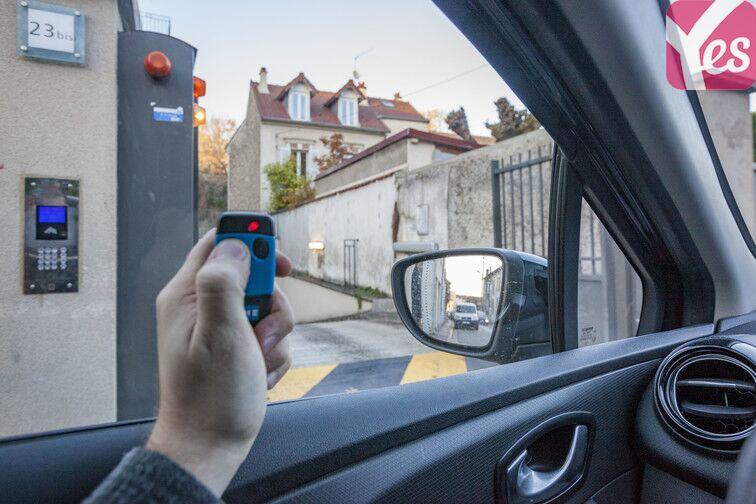 Ouvrez la porte de votre parking avec le badge que vous aurez récupéré au-préalable auprès du responsable :)