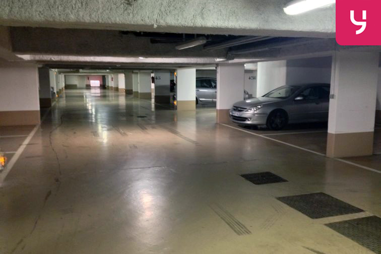 Parking spacieux et éclairé
