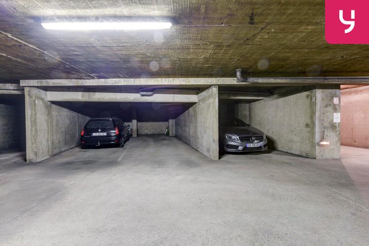 De nombreuses places de stationnement sont disponibles dans ce parking